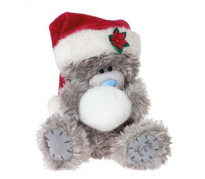 Мишка в шапке Деда Мороза держит снежок