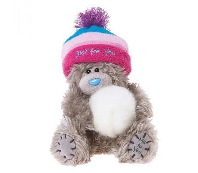 Мишка в шапке держит снежок