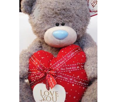 Мишка Тедди держит в лапках сердце