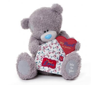 Мишка Тедди держит конверт с сердцем