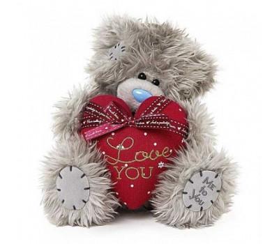 Мишка Тедди с ярко-красным сердцем в лапках