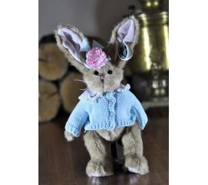 Зайка Берингтон в голубой вязаной кофточке
