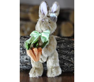 Зайчик Берингтон с бантом на шее держит морковки